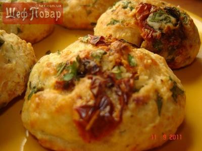 закусочные булочки с вялеными помидорами и зеленью