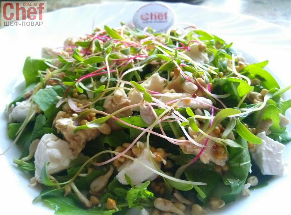 Салат з печінкою тріски, мікрозеленню і проростками